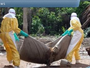 El cuerpo de una víctima de Ébola siendo movido en África Occidental.