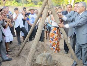 Líderes de la Misión Del Oriente Boliviano colocando la piedra fundamental