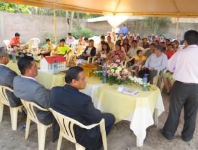 Líderes y hermanos reunidos en la conmemoración del lanzamiento de la piedra fundamental