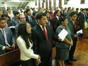 Uno de los teólogos (al medio) que fue ordenado durante el culto