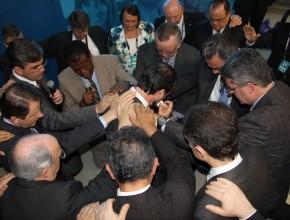 Pr. Günther, ao centro, recebe oração de dedicação de colegas do escritório da Igreja Adventista para a América do Sul.