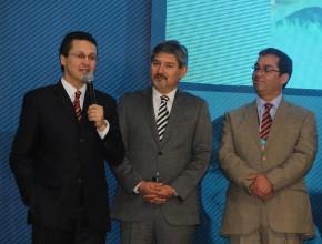El Pr. Stanley Arco al micrófono al lado de sus nuevos colegas de administración de Chile.