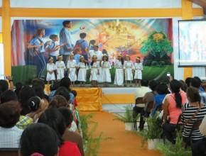 Jóvenes y niños presentaron números alusivos a la convivencia con Cristo en el cielo.