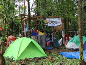 Las carpas armadas en el lugar del campamento