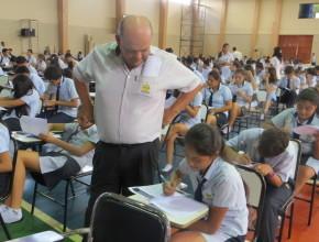 Estudiantes haciendo el examen de matemática en la Asociación Educativa Adventista
