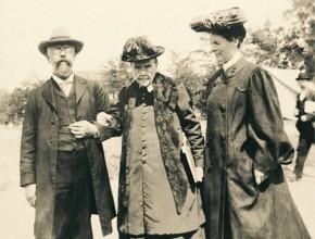 Una de las últimas fotos de la pionera del año 1905 en su cotidiano con su hijo y nuera.