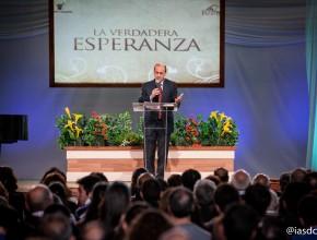 El Pr. Robert Costa dando un mensaje de esperanza a los cientos de personas que asistieron cada día. ©Alfredo Müller