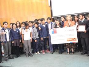 Los alumnos del 7° B del Colegio Adventista de Copiapó recibiendo el premio por parte de las autoridades nacioneal. ©Misión Norte de Chile