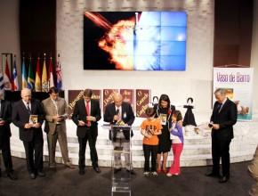 Líderes en el momento de la dedicación del libro Vaso de Barro, junto a al autora y algunos de los niños que asistieron al programa.