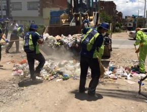 Jóvenes Caleb en la limpieza de calles en seis distritos de Huancayo.