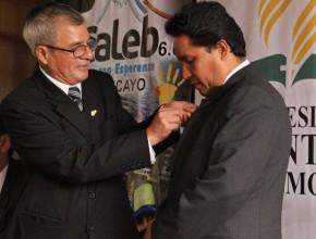 Presidente regional de Junín recibió el pin Caleb.