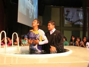 Bautismo sendo realizado en el ultimo día de la programación en el coliseo de la Universidad Adventista
