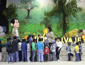 Maestra ensinando a los niños acerca de los animales