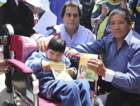 Alcalde provincial de Huancayo también participó en la entrega de sillas de ruedas junto a los Caleb.