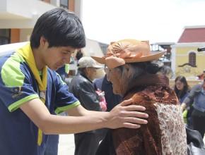 Jóvenes también hicieron oraciones junto a las personas que pasaban por la calle.
