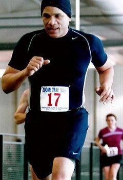El pastor Baker corriendo una de las maratones.