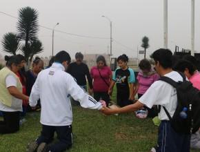 Grupos de oración como parte de la caminata.