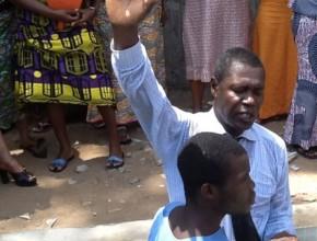 Un recluso de la prisión de Lomé es bautizado en el nuevo bautisterio el sábado 21 de febrero. [foto cortesía de la Unión Misión del Sahel Este]