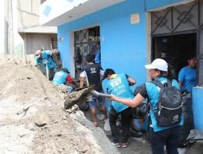 Voluntarios retiran los escombros durante el día.