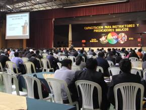 Predicadores de Bolivia reunidos en el Coliseo de la Universidad Adventista del país.
