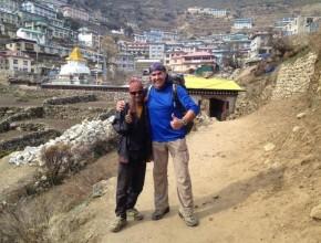 Ernesto Olivares, a la mano derecha, en Nepal.