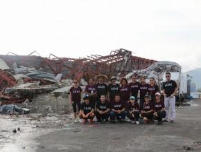 Grupo de alumnos de la Universidad Adventista de Filipinas que ayudaron a los damnificados por el tifón.