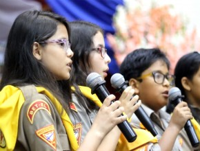 Adolescentes realizan media semana de oración y de gratitud a Dios.