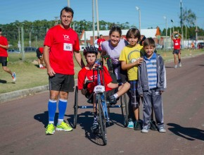 Familia reunida participa de la maratón