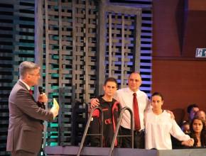 No tanque batismal, professor Marcos Santos (esquerda), professor Edgard Luz, Isabelle Rodrigues e Sâmia Matos. Projeto que começou na quadra ultrapassou os portões da escola. (Foto: Liane Prestes)