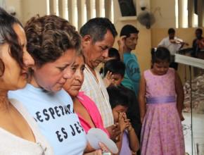 """Personas que aceptaron el llamado para el bautismo en la campaña """"Verdades para nuestro tiempo"""", en Ecuador."""