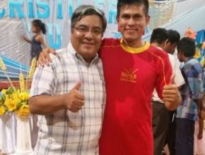 Ricky (al lado derecho) en la Semana Santa con el pastor de su iglesia