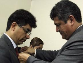 Prof. Daniel Vallejos, líder de Educación para el sur peruano; coloca el pin PODER al Prof. Carlos Moncayo, líder de Educación para Lima Sur.