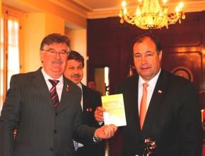 Del lado izquierdo el pastor   Ignacio Kalbermatter, presidente de la Iglesia Adventista en Paraguay y a la mano izquierda el vicepresidente de la República del Paraguay.