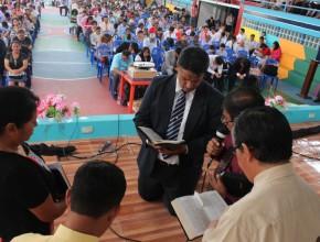 Asistentes comprometiéndose ante Dios a ser mayordomos fieles.