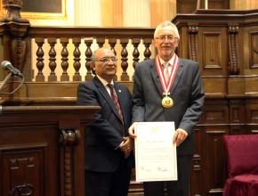 Dr. Julio Rosas entregó Medalla de Honor y Diploma de Reconocimiento. [Foto: Jaime Vilcapoma]