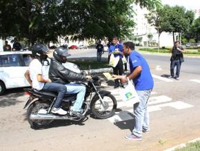 Em semáforos e locais de grande movimento, adventistas distribuíram livros no bairro nobre.