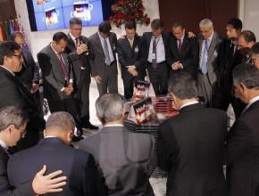 Momento de oração pela consagração dos materiais com a presença de líderes de oito países sul-americanos.