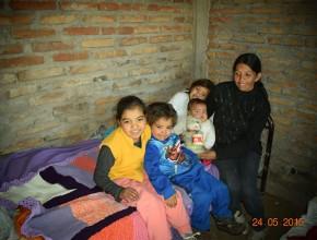 Madre con sus cuatro hijos