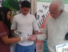 Beneficiario de la Expoferia de Salud, en Cuenca, Ecuador.