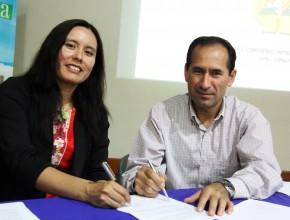 Pr. Abimael Obando, presidente de la Unión Peruana del Sur y Dra. Erika Acuña, directora de Posgrado de la UPeU, firmaron convenio.