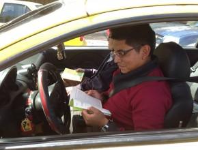 Javier Cali, taxista, leyendo el libro Viva con Esperanza.