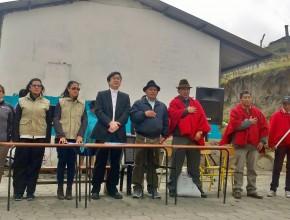 Representante de la embajada de Japón junto a la directora de ADRA Ecuador y lugareños.