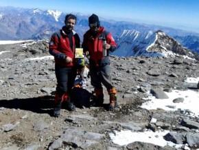 Libro Viva con Esperanza entregado por Juan Mauricio en el Aconcagua.