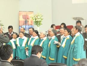 Coro entona himnos en su lengua nativa.