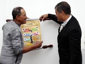 El presidente Correa lee los ocho secretos de la buena salud, guiado por Aicardo Arrubla.