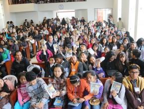 """Adolescentes recibieron libro """"Vaso de Barro"""""""