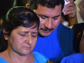 Ulbio y su esposa, realizan la oración antes de entregar su vida a Dios por medio del bautismo.