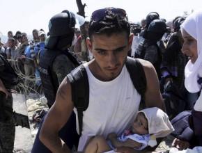 Más de 300.000 inmigrantes han arriesgado sus vidas tratando de cruzar el Mediterráneo este año , según las Naciones Unidas. A lo largo del año pasado fueron de 219 000 personas.